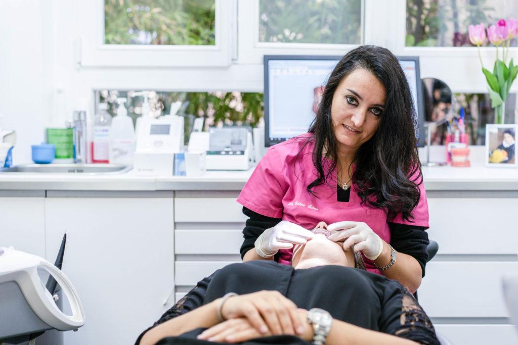 Le Dr Ichou réalise des soins orthodontie Invisalign